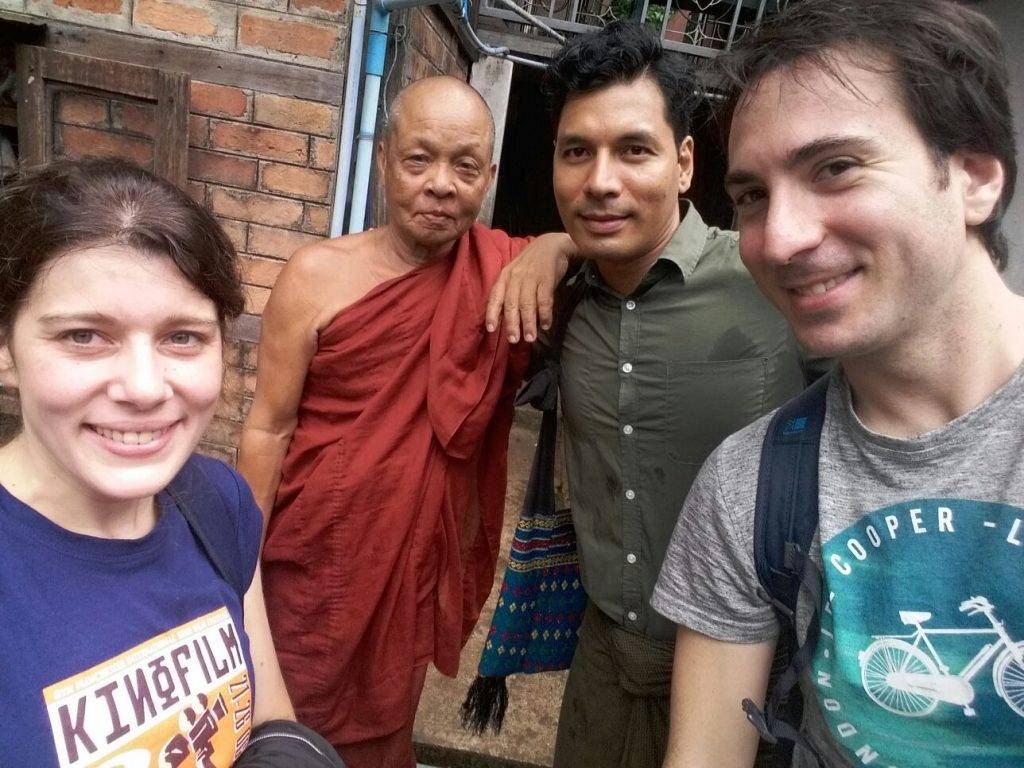 Con Moe y Monje Budista