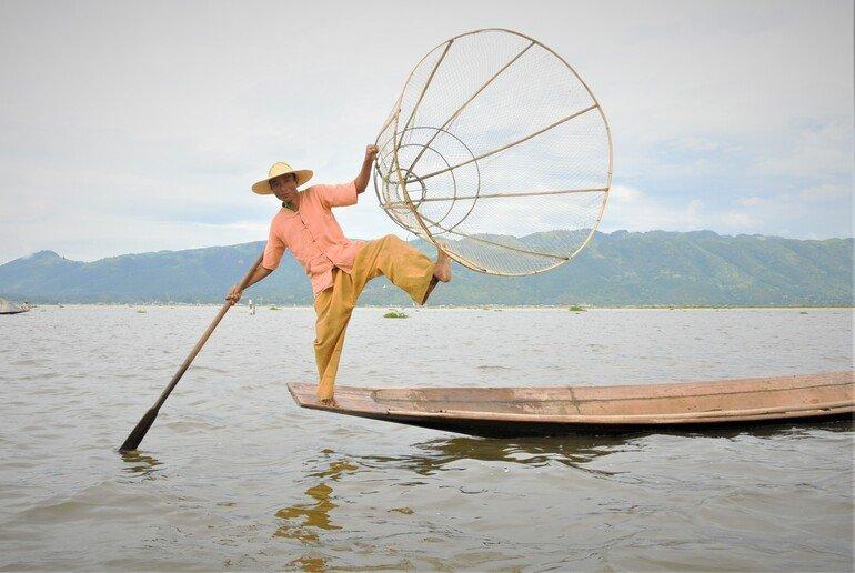 Pescador haciendo acrobacia - Lago Inle, Myanmar