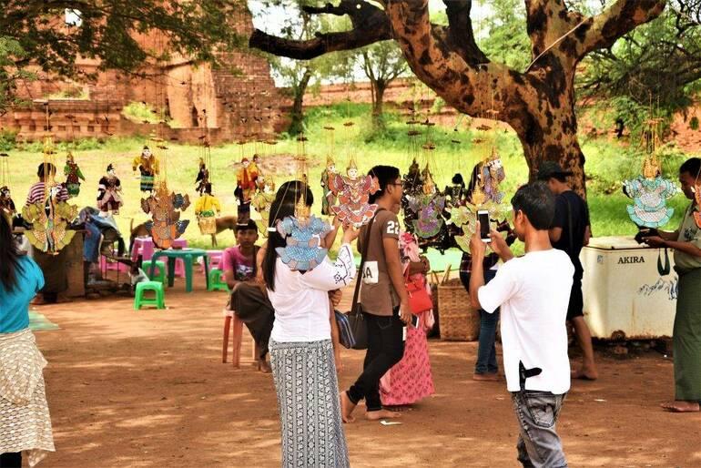 Birmanos con marionetas