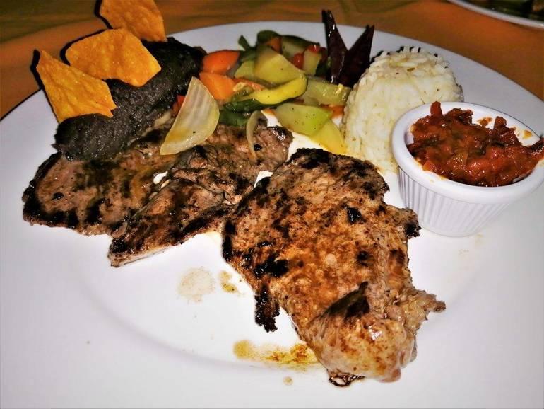 Cena en bar restaurante Parque Tikal