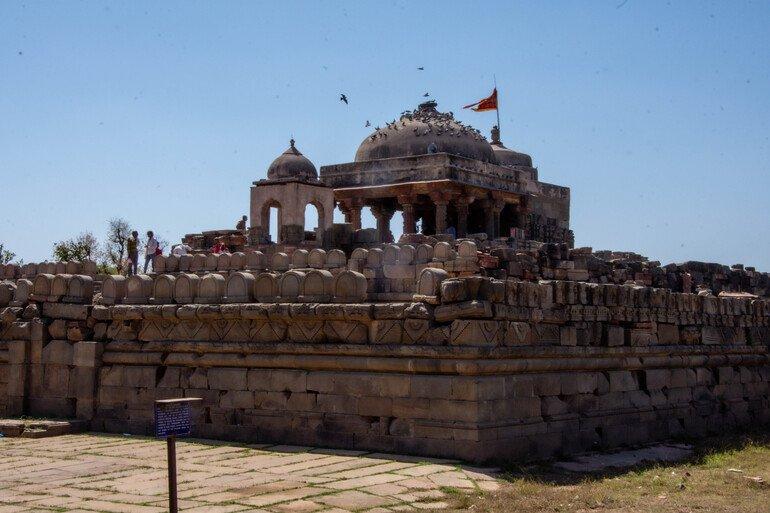 Cerca de Chand Baori - Templo de Harshat Mata